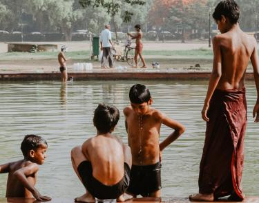 Lokale kinderen in water Delhi